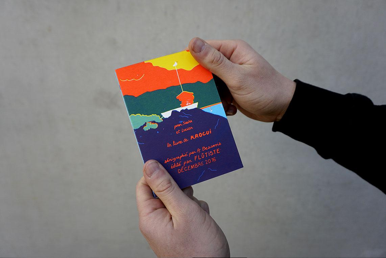 Der de couverture du livre leporello Avanti : un petit bateau est arrimé au port