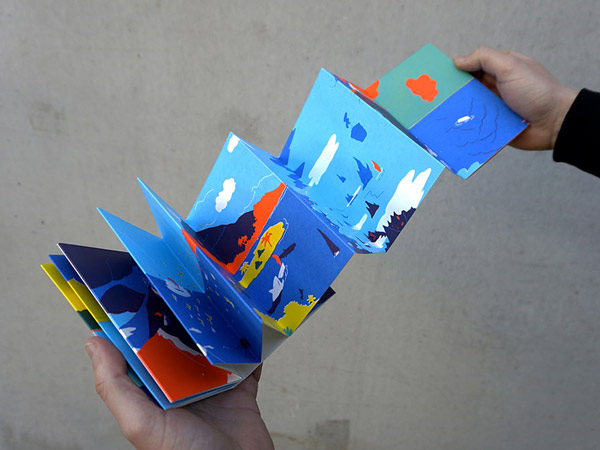 Livre leporello déplié : un petit bateau avance dans un paysage coloré